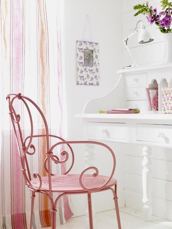 curvy-vintage-pink-garden-chair